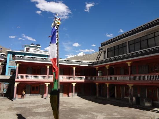 Kagbeni, Nepál: Courtyard of the school across from the monastery