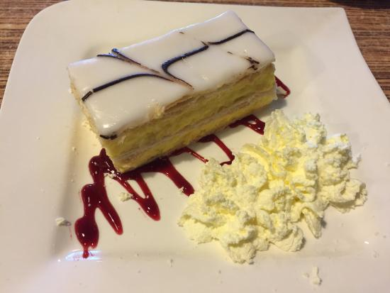 Blackheath, Australia: The cake that comes wrong that we didnt' try a the end