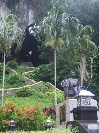 Lang Suan, Thaïlande: The statue of HM The King's mother, with the cave in the background