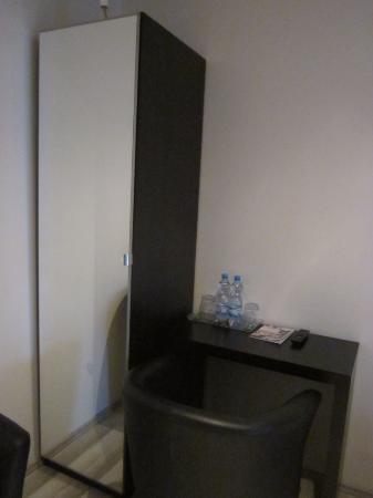 VV Hotel: шкаф и стол