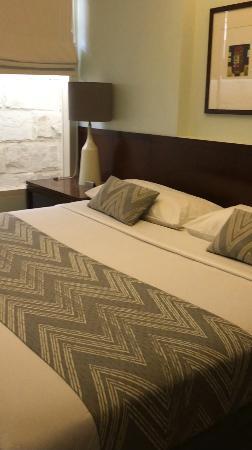 Tanaya Bed & Breakfast: Queen Size Bed