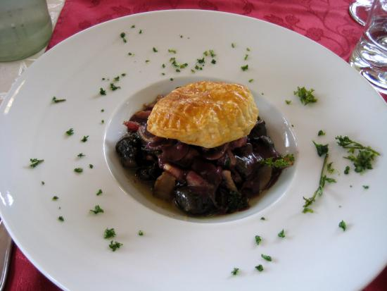 Bourbon-Lancy, Francja: Snails with bacon and mushrooms in a red wine sauce.