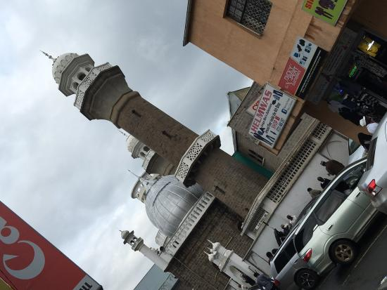 Jamia Mosque: Passing by the Mosque, while exploring city center. Looked nice and felt good knowing there are