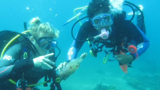 Instructor Development Philippines: Dive Against Debris - Girls have found the empty bottle