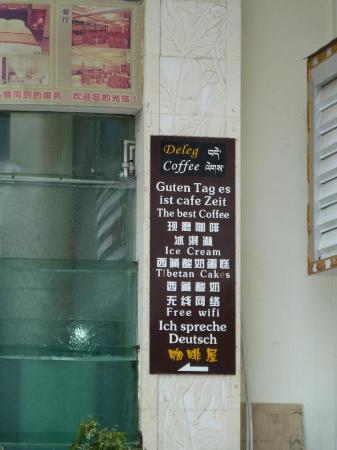 Deleg Coffee: Das Cafe ist im Erdgeschoss eines schönen Hotels