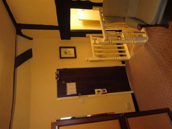 George Hotel : Deur van de kamer + trapje naar badkamer