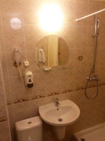 Park Hotel Fili: мокро на полу ванной не было, но и слив на этот случай имеется.