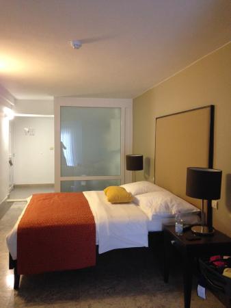 chambre garden (un grand lit et un lit adulte 1 place en contrebas) avec SDB et baignoire