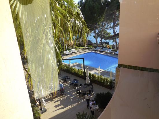 Costa d'en Blanes, İspanya: Poolbereich mit Mittagstisch außen....Haupthaus Westseite...