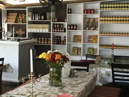 Magaliesburg, Νότια Αφρική: Hekpoort Heksie - shelves stocked with their famous chillie s auce