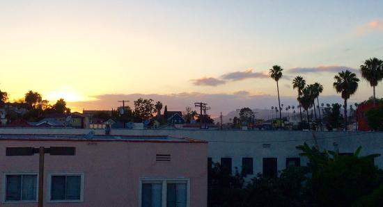 Super 8 Los Angeles Downtown: Vues générales chambre 330, parking et depuis la chambre vers la butte Hollywood .