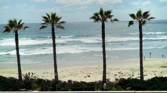 كابري باي ذا سي باي أول سيزونز ريزورت لودجينج: From our room -- across secured parking area to walkway along beach, and then nothing but water!