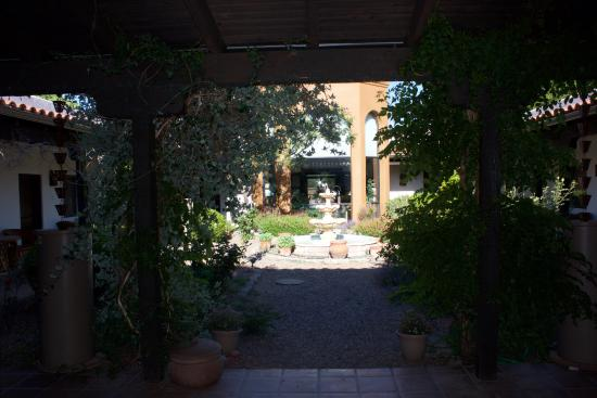 Hereford, AZ: Although not the best photo this is the view as you walk into the courtyard.