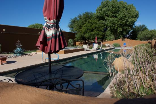 Hereford, AZ: Large pool with extensive decking surrounded by bird feeders and nice landscaping