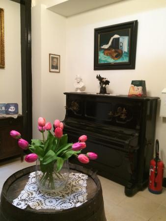 Verdi B&B: Historic antiques in the hallways
