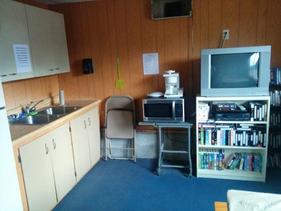Shoshone, Kaliforniya: Kitchenette and TV + VCR in the common room/library