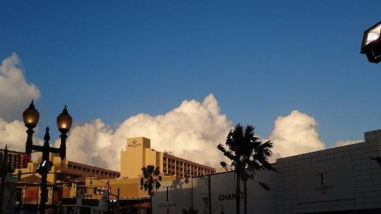 Guam Plaza Resort & Spa: ハードロックカフェあたりからのホテルの外観です。