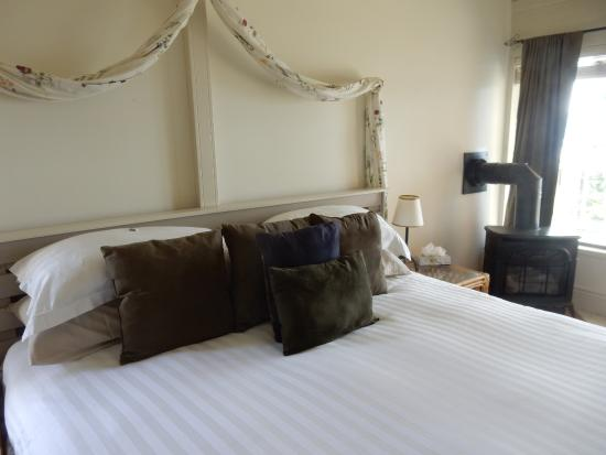 Quarrystone House Bed & Breakfast: King size bed. No need for fireplace this trip!