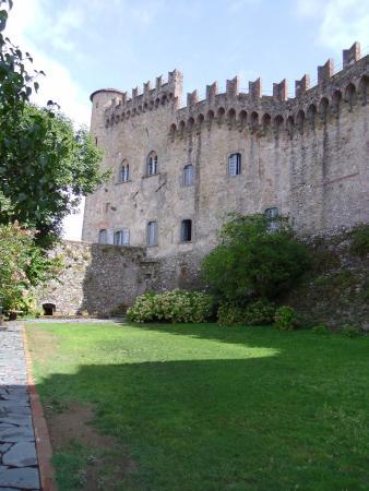 Castello Malaspina di Fosdinovo: Il giardino del castello di giorno