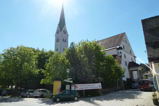 Weiler-Simmerberg, Tyskland: Die Kirche von der Hauptstrasse aus