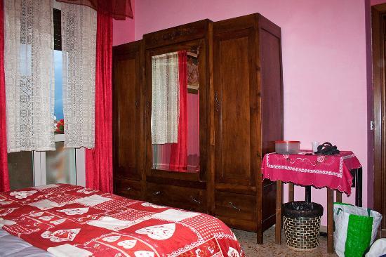 Emily: Camera spaziosa e confortevole, letto molto comodo.