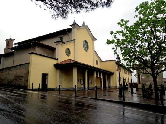 Lovere, Italia: Площадка у входа в монастырь