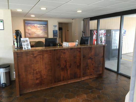 Harris House Motel: Front Desk