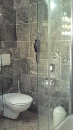 Kurpark-Hotel: Beautiful bathroom offering a shower and a bathtub