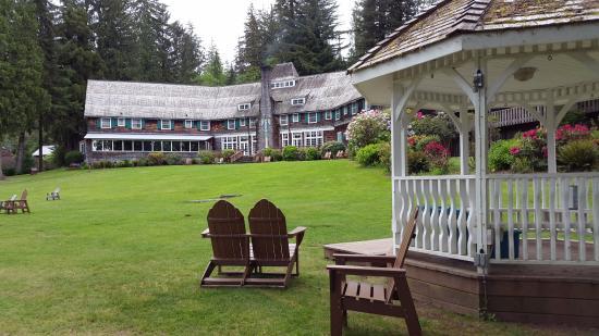Quinault, WA: Intérieur de la Lodge (hôtel et restaurant) : la partie restaurant est à gauche sur la photo