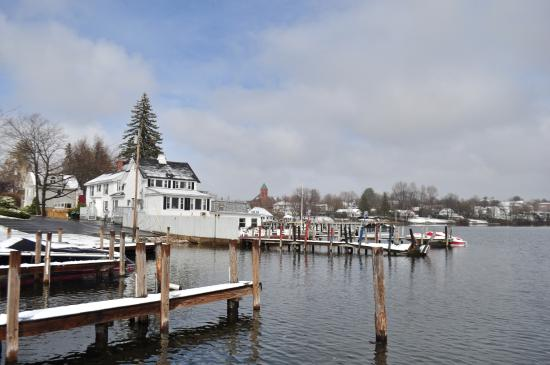 Wolfeboro, Nueva Hampshire: The white house on the water is the Yacht Club, part of the Windrifter.