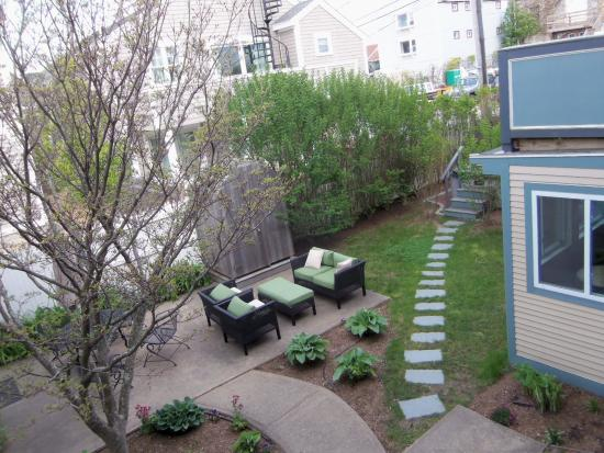 The Dockside Inn: The courtyard, with walkway to the hot tub