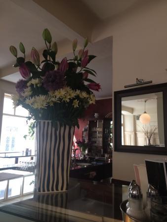 Cafe Müller: Immer ein frischer Strauss Blumen erfreut alle Gäste