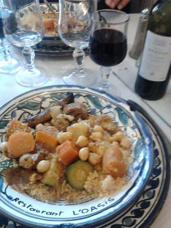 Parthenay, Frankrike: assiette de semoule couscous merguez, légumes
