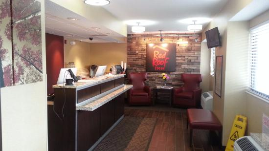 Red Roof Inn Lansing West: Lobby with coffee, etc., no continental when there.