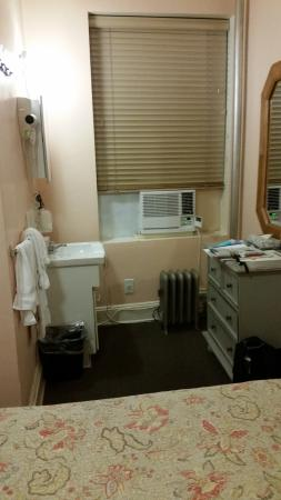 Larchmont Hotel: Double Room sink area