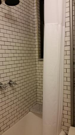 Larchmont Hotel: Shower down the hall