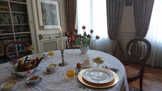 Museum Suites: Сервировка завтрака