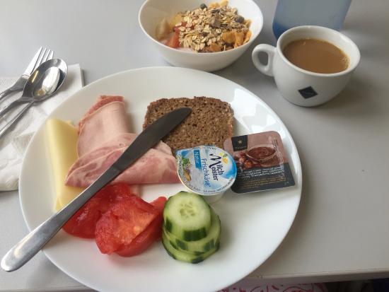 Metropol Hostel Berlin: breakfast buffet