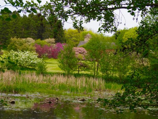 Hales Corners, WI: Lovely spring day and pretty view overlooking the pond.