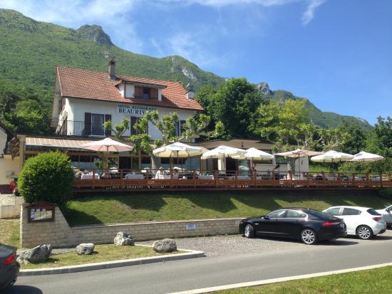 Le Bourget-du-Lac, Fransa: l hotel restaurant adossé à la montagne du chat