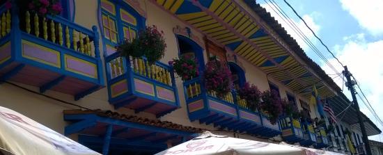 Quindio Department, Colombia: Hermosas  casas  de balcón,  decoradas  con flores naturales, invitan  al viajero  al  romantici