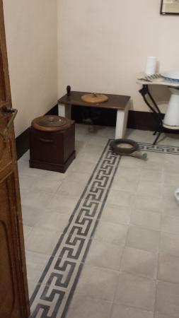 Pavimento con greca in cementine - Foto di Casa Museo Liberty ...