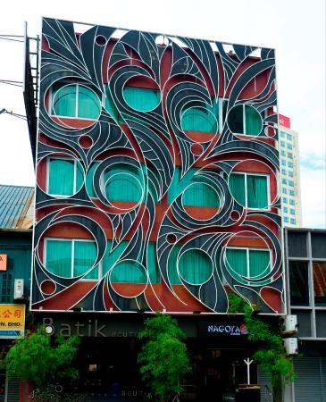 โรงแรมบาติก บูติก: The arty and attractive frontage of Batik Boutique Hotel