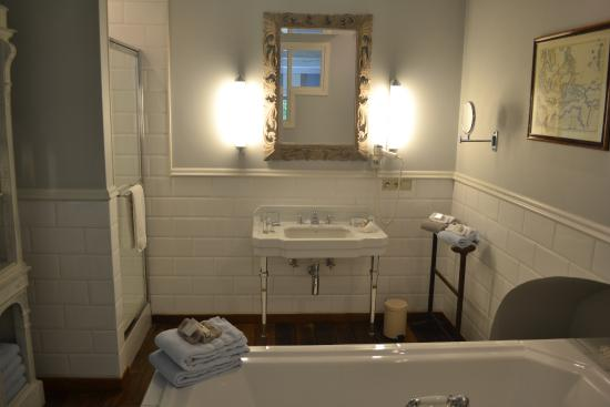Number 11 Exclusive Guesthouse: Amazing tub