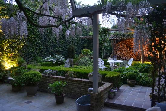 Number 11 Exclusive Guesthouse: Evening view of the courtyard