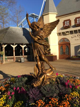Statue Outside Haunted House Picture Of Busch Gardens Williamsburg Williamsburg Tripadvisor