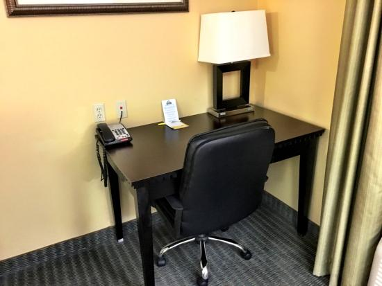 Days Inn & Suites by Wyndham Russellville: Desk area of the room