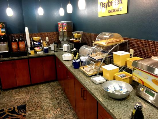 Days Inn & Suites by Wyndham Russellville: Continental breakfast area