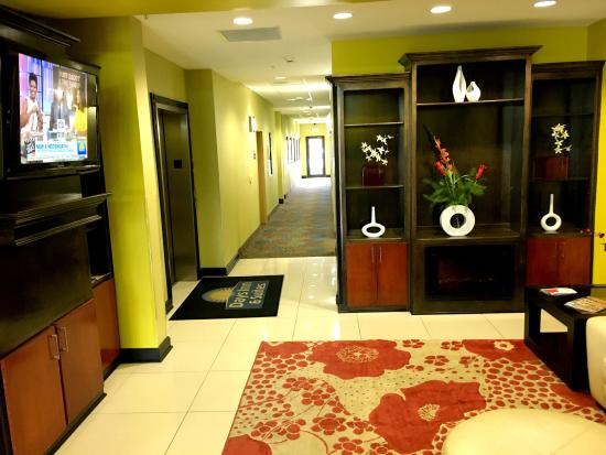 Days Inn & Suites by Wyndham Russellville: Lobby view