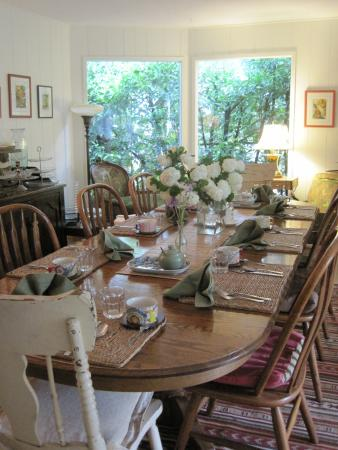 Wisteria Guest House B&B: Table set for breakfast,fresh flowers and sunshine